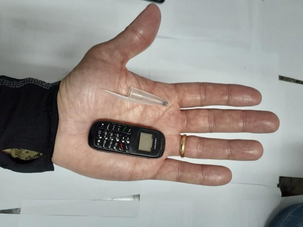 Mini celular é apreendido dentro de um presídio na Baixada Fluminense